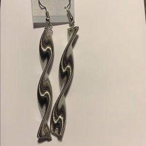 Jewelry - NEW Silver swirl drop earrings.